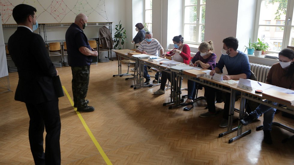 Krajské volby 2020, volební místnost na Slovanském gymnáziu v Olomouci, 2. října