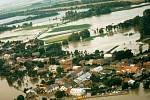 Letecký snímek obce Chomoutov z 8. července 1997.