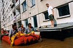 Městskou část Olomouc-Lazce povodeň odřízla od světa, fotografie je z 10 července 1997.