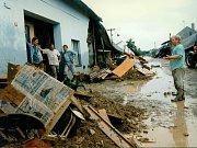 Největší spoušť po sobě velká voda zanechala v Troubkách. Snímek je z 12. července 1997.