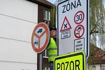 Nové dopravní značení na starém sídlišti v Uničově