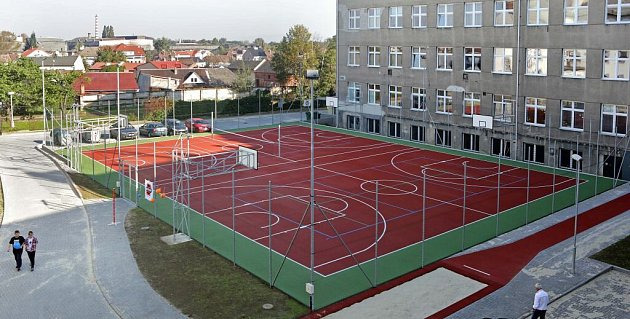 Nové hřiště ZŠ Svatoplukova ze dvora bývalé chirurgie volomoucké čtvrti Řepčín