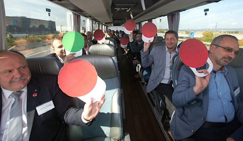 DENÍK BUS - lídry stran jsme vzali autobusem na debatu do Přerova. Vědomostní kvíz - vlevo dole Ladislav Okleštěk (ANO), za ním Marian Jurečka (KDU-ČSL), vpravo dole Roman Váňa (ČSSD) za ním radim Sršeň (STAN)