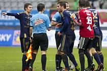 Zleva David Houska a David Depetris protestují u rozhodčího proti nařízené penaltě