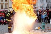 """Oslavy 70.výročí profesionálních hasičů v Olomouci. - Ukázka """"hašení"""" vodou hořící pánvičky s jedlým olejem. Častý případ požáru v kuchyni."""