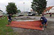 Fotbalistům FC Hněvotín odnesl vítr střechu.