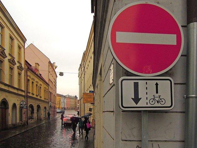 Jednosměrka v Kateřinské ulici. Opačně, než byli řidiči dosud zvyklí