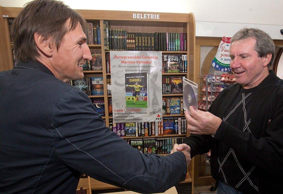 Jiří Kubíček na autogramiádě brankáře Martina Vaniaka (vlevo) v olomouckém knihkupectví v roce 2013