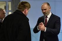 Ivan Langer (vpravo) s advokátem Petrem Konečným, vlevo jeden z obžalovaných Karel Kadlec u krajského soudu v Olomouci, který projednává korupční kauzu Vidkun. 3. března 2020