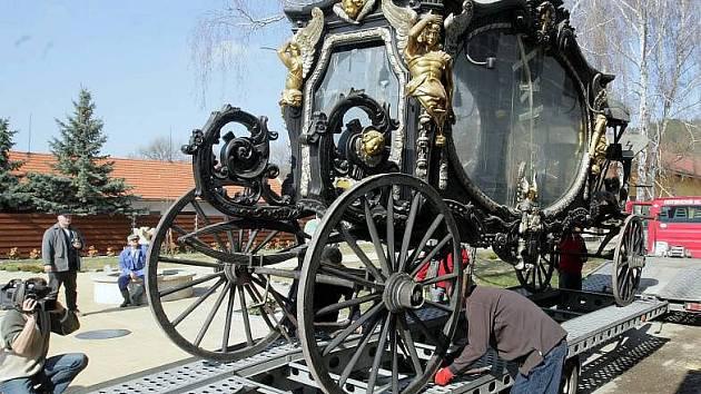 Vzácný smuteční kočár z konce 19. století doputoval do muzea pod Kosířem