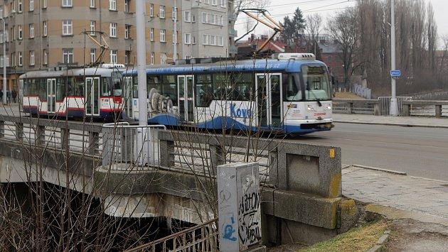 Tramvaj na mostě přes Moravu v Masarykově třídě