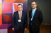Ministr kultury Antonín Staněk (vlevo) s ředitelem Muzea umění Olomouc Michalem Soukupem na představení modelu SEFO od architekta Jana Šépky