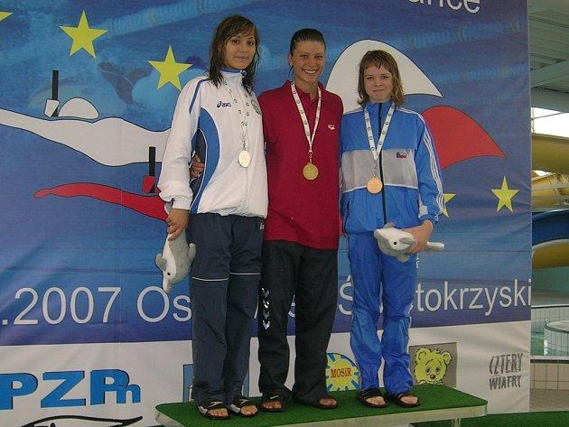 Stupně vítězů závodu na 200m a bronzová Markéta Svozilová v českém rekordu na 200m 1:56,12.