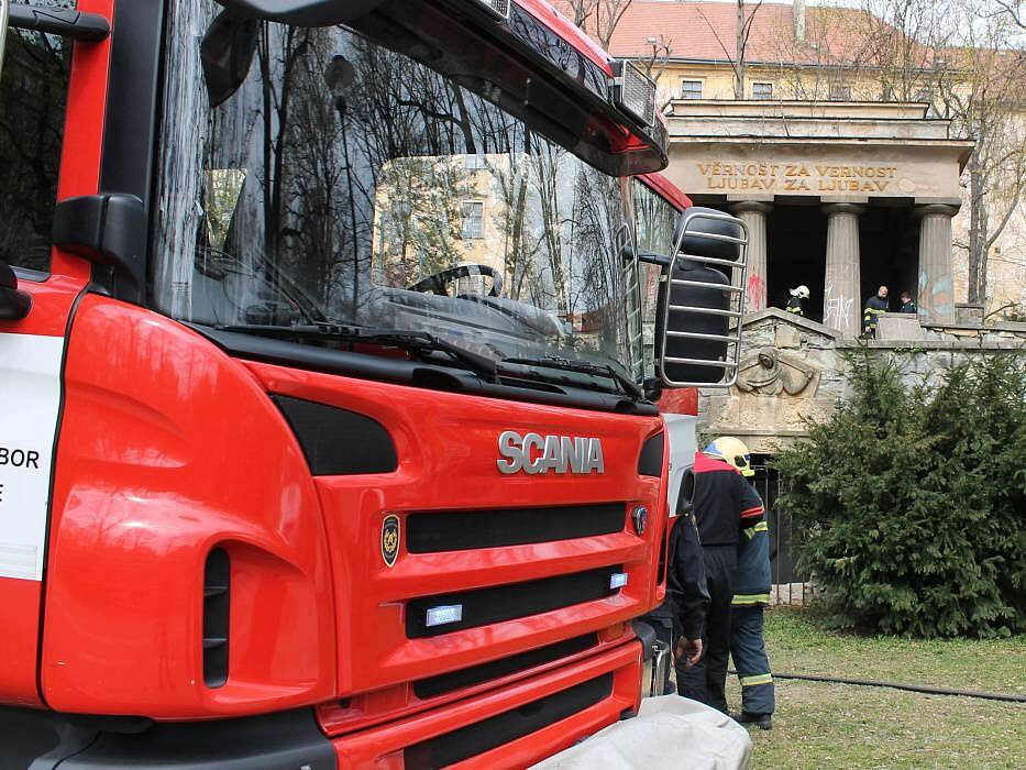 Hasiči zasahují u hořících odpadků u Jihoslovanského mauzolea v Bezručových sadech