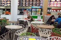 Nouzový stav vyhlášený vládou se dotkne i jídelen ve velkých nákupních centrech. Ilustrační foto