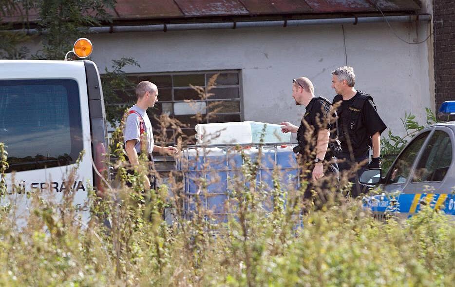 Září 2012. Hasiči, policisté a celníci zasahují u nálezu barelů s unikající neznámou látkou v bývalých sladovnách v Olomouci