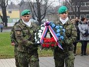 U památníku Bojovníkům za svobodu a demokracii před Právnickou fakultou Univerzity Palackého v Olomouci si ve čtvrtek připomněli lidé Mezinárodní den studentstva.