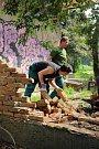 Zídku u Botanické zahrady UP ve Smetanových sadech zničili vandalové
