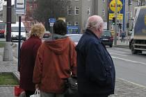 Při čekání na autobus si můžete krátit chvíli počítáním aut.