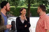 Klára Melíšková (komisařka Výrová) a Stanislav Majer (nadporučík Mráz) s autorem předlohy Michalem Sýkorou (vpravo). Natáčení detektivky Modré stíny v Univerzitní ulici v Olomouci