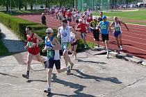 Hanácký půlmaraton - vytrvalci opouštějí atletický stadion a vydávají se na okruh do Bezručových sadů