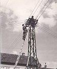 ELEKTRIFIKACE. Elektrifikace obce probíhala v letech 1920 a 1921. Na fotce vidíme montáž elektrického vedení od stožáru před domem Františka Stejskala (č. p. 2).