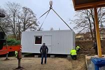 Město Litovel pořídilo pro potřeby Charity sanitární kontejner pro lidi bez domova.