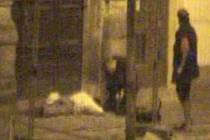 Kolemjdoucí se zastavuje u zbitého bezdomovce na Dolním náměstí - snímek z bezpečnostní kamery