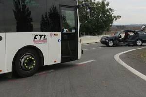 Dvaaosmdesátiletý řidič nedal přednost u Žešova mezi obcemi Prostějov a Výšovice na křižovatce sjezdu z dálnice přednost linkovému autobusu