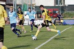 Fotbalisté Nových Sadů (ve žlutém) prohráli s Jeseníkem 2:3David Dvorský (u míče)