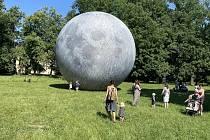 Obří nafukovací model Měsíce v pátek okukovali lidé v pátek 18. června ve Smetanových sadech v Olomouc. Lunalón se rozzáří i v sobotu v rámci Svátků města Olomouce