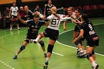 Olomoucké házenkářky (v černém) porazily v interligovém zápase Písek 33:30.