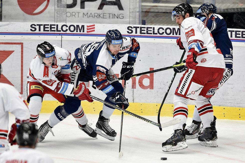 Dohrávka 12. kola hokejové extraligy: HC Vítkovice Ridera - HC Olomouc, 12. ledna 2021 v Ostravě. (zleva) James Joshua Mácha z Olomouce a Nicolas Werbik z Vítkovic.