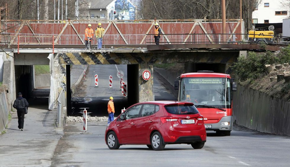 Autobusy MHD Pavlovickým podjezdem projedou. 1. dubna 2015