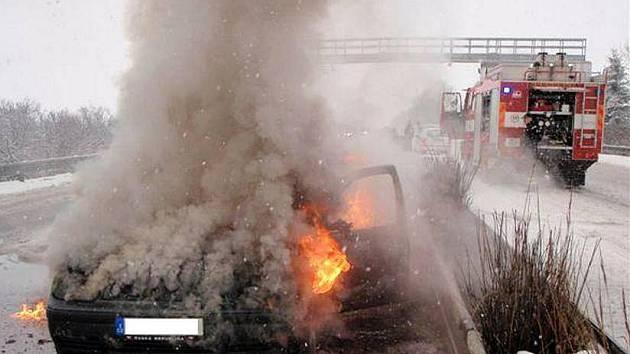 Požár osobního auta na R35 u Mohelnice