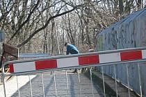Lidé riskují na vichřicí poškozeném mostě u Černovíra.