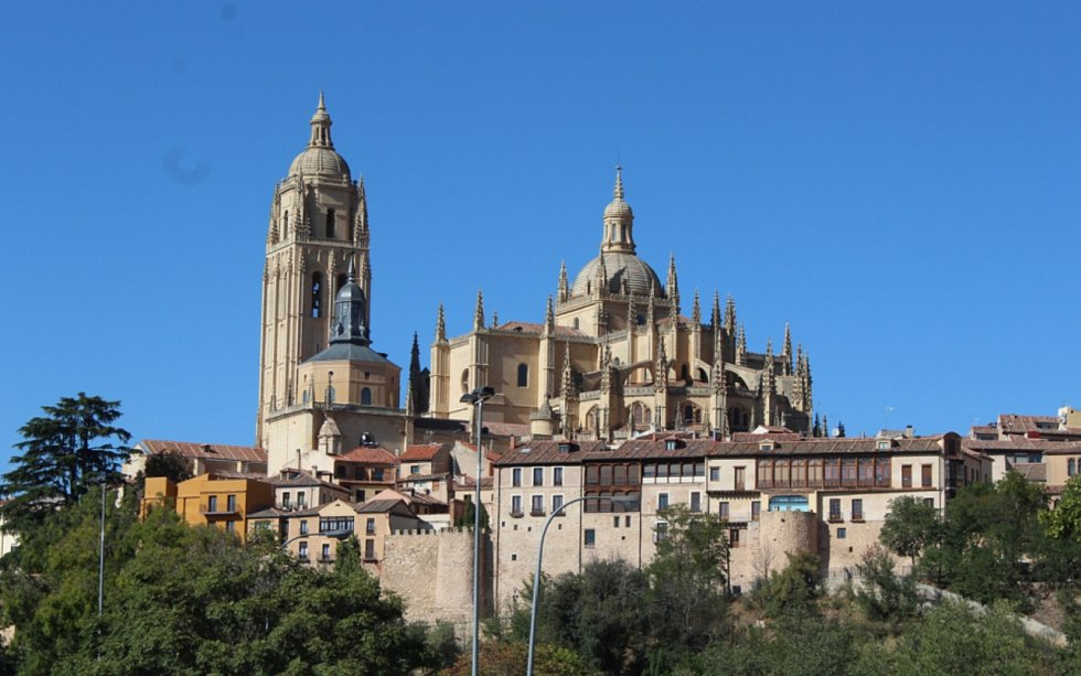 Milovníky staré architektury potěší několik výjimečných románských kostelů (San Milán) a dominanta města Segovia, ladná gotická katedrála, přezdívaná Dáma mezi katedrálami