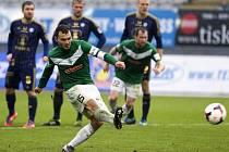 Jablonecký kapitán Luboš Loučka střílí rozhodující penaltu
