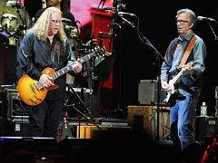 Warren Haynes (vlevo) na pódiu s Ericem Claptonem