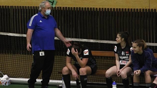 Trenér Květoslav Kuba udílí pokyny.