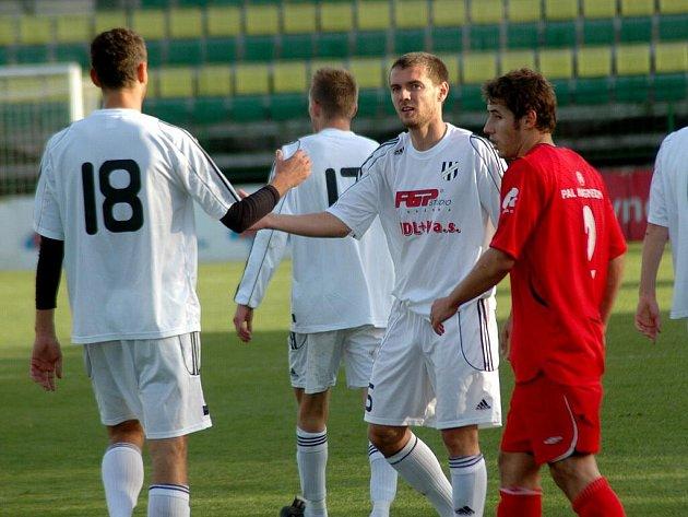 Fotbalisté Holice (v bílém) proti Hulínu