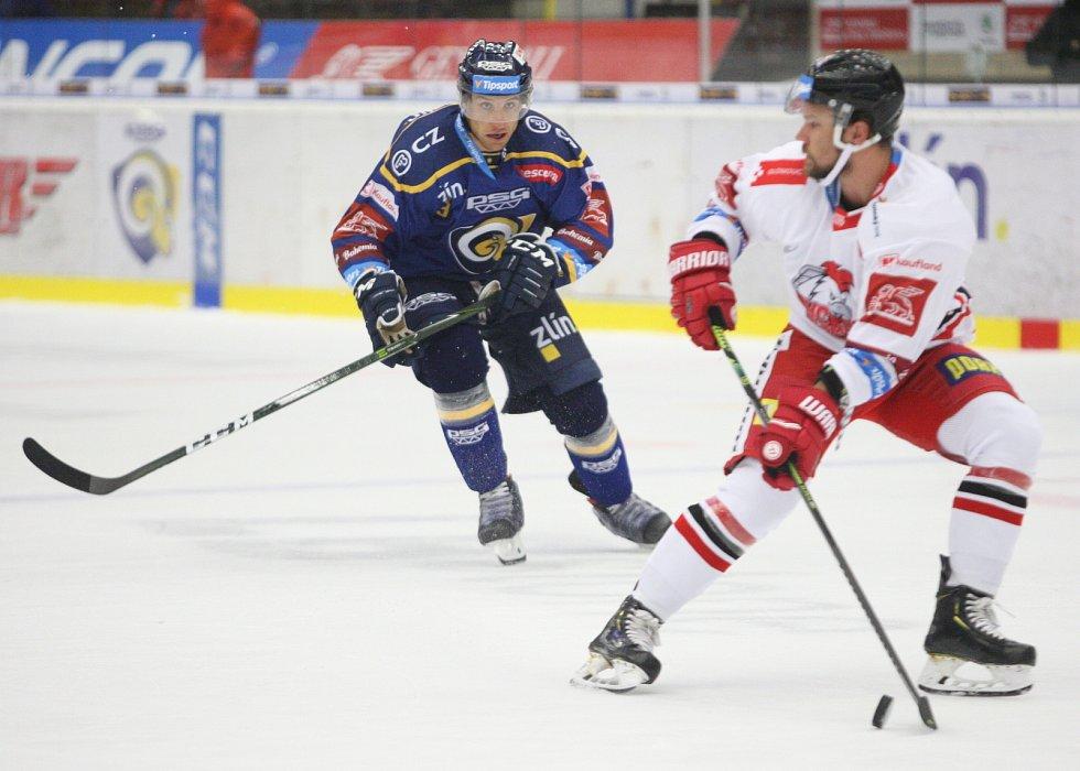 Extraligoví hokejisté Zlína (v modrém) proti Olomouci