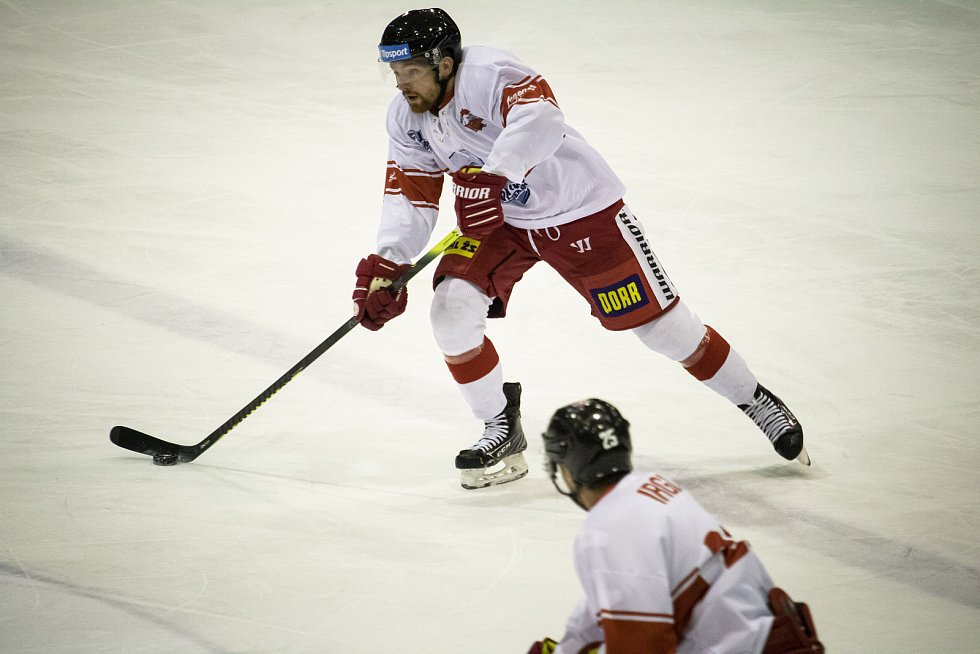 Hokejisté Mory (v bílém) hostili Vítkovice. První třetinu hráli ve speciálních dresech v rámci akce Legenda legendám.