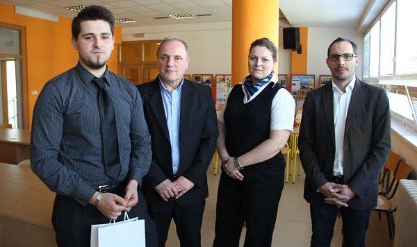 Zleva student Vladimír Štencl, Milan Martinát, vedoucí personálního odd. Kateřina Krausová, Luboš Jadrný