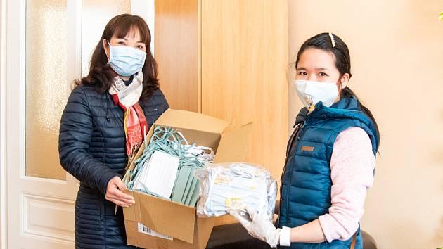 Od Svazu vietnamských žen Hướng Dương Olomouc obdržela Fakultní nemocnice Olomouc částku 63 tisíc korun a také 200 kusů plátěných roušek.