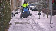Sníh s chodníků v Olomouci odklízí technika, solit se nesmí.