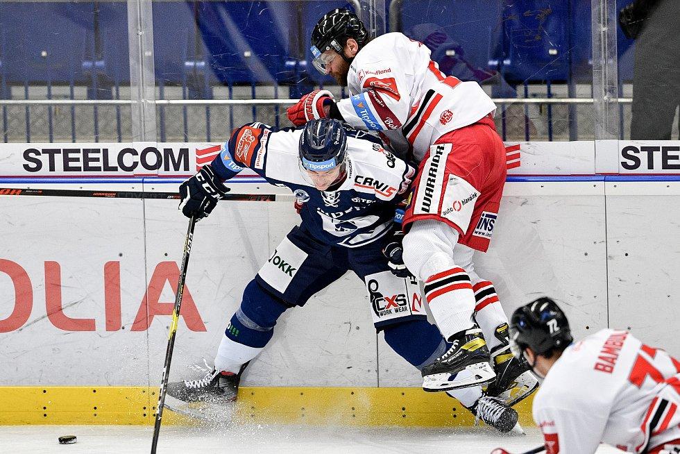 Utkání 38. kola hokejové extraligy: HC Vítkovice Ridera - HC Olomouc, 22. Ledna 2021 v Ostravě. (zleva) Guntis Galvinš z Vítkovic a Jan Knotek z Olomouce.