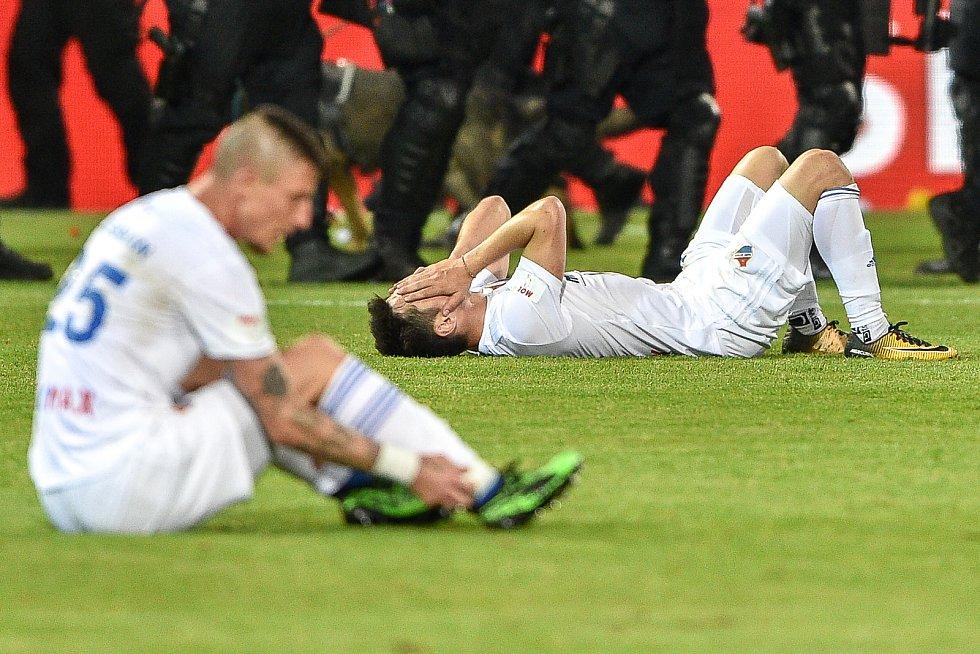 Finále fotbalového poháru MOL Cupu: FC Baník Ostrava - SK Slavia Praha, 22. května 2019 v Olomouci. Smutek hráčů Baníku