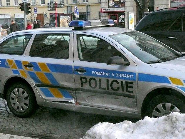 Policejní octavie po srážce s fiatem na třídě Svobody