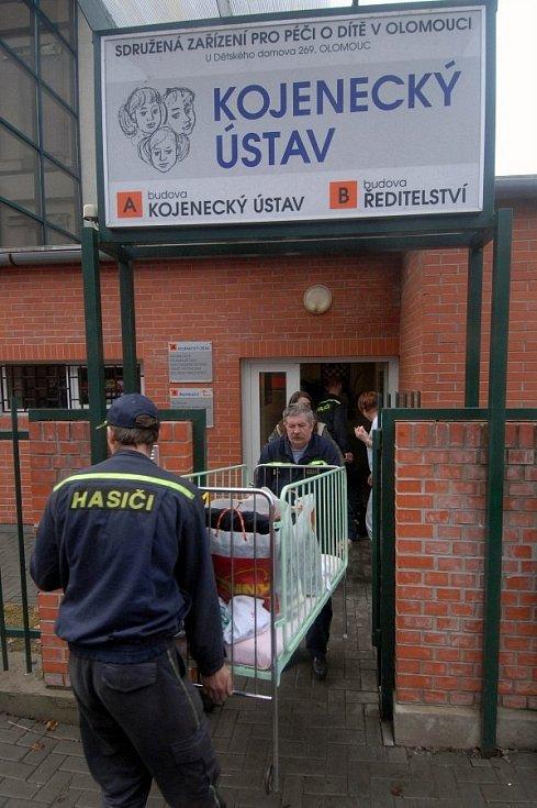 31. března 2006. Olomouc, evakuace kojeneckého ústavu